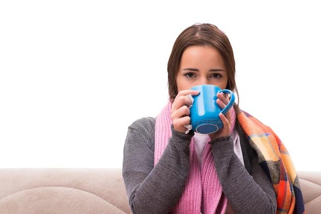 Jovem mulher bebendo chá durante a febre Foto Premium