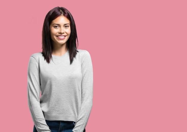 Jovem mulher bonita alegre e com um grande sorriso, confiante, amigável e sincera, expressando positividade e sucesso Foto Premium