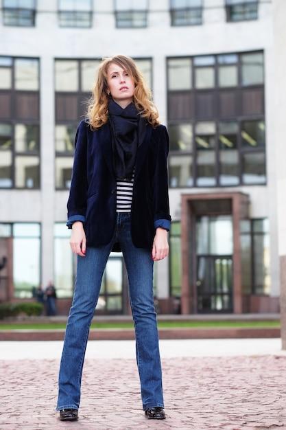 Jovem mulher bonita ao ar livre. Foto Premium