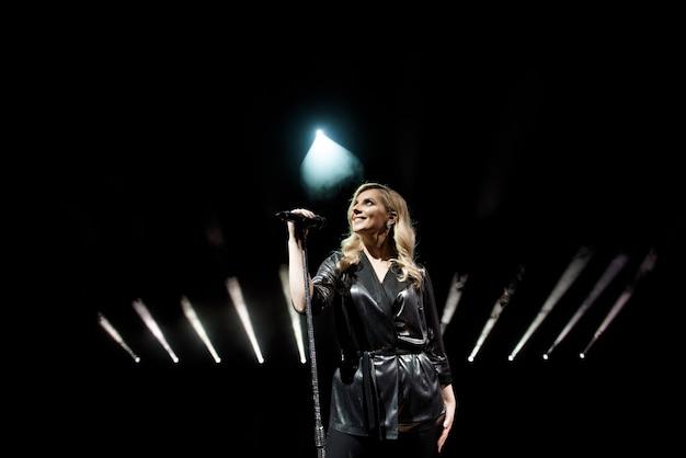 Jovem, mulher bonita, cantando, em, branca, fumaça Foto Premium