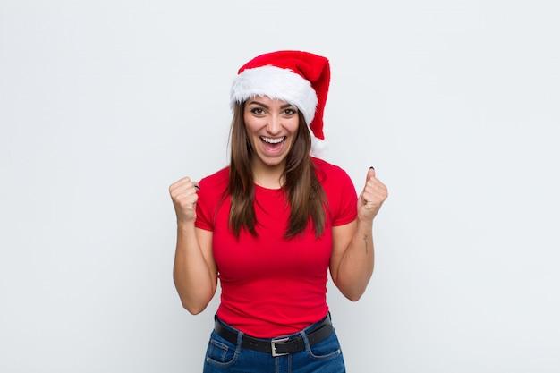 Jovem mulher bonita com chapéu de papai noel. conceito de natal Foto Premium