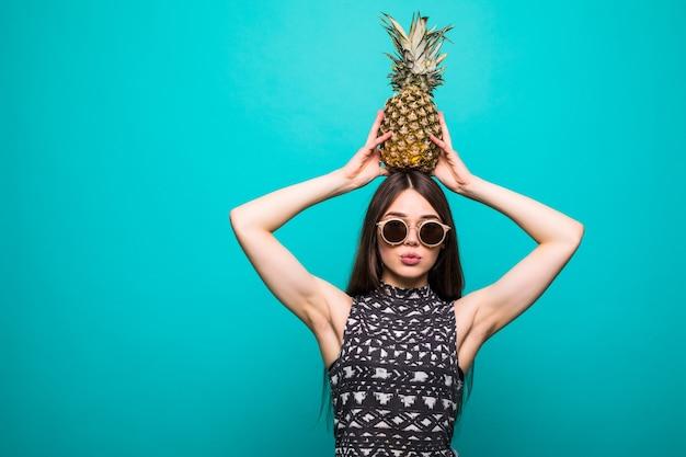 Jovem mulher bonita com coquetel de abacaxi Foto gratuita