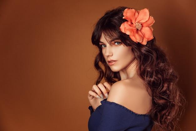 Jovem, mulher bonita, com, flores, em, dela, cabelo, e, maquilagem, tonificando, foto Foto Premium