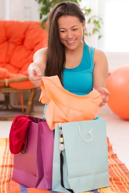 Jovem mulher bonita com sacos de compras Foto gratuita