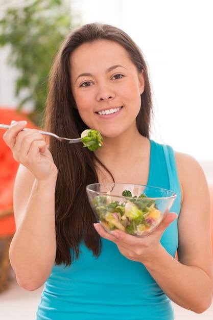 Jovem mulher bonita com salada Foto gratuita