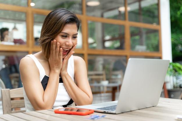 Jovem mulher bonita com sentimento de emoção no café Foto gratuita
