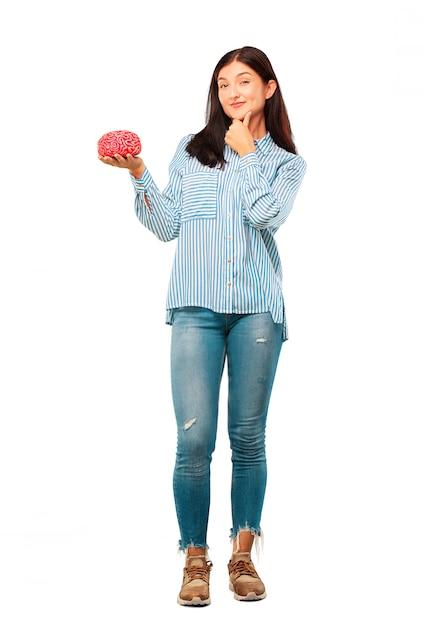 Jovem mulher bonita com um modelo de cérebro Foto Premium