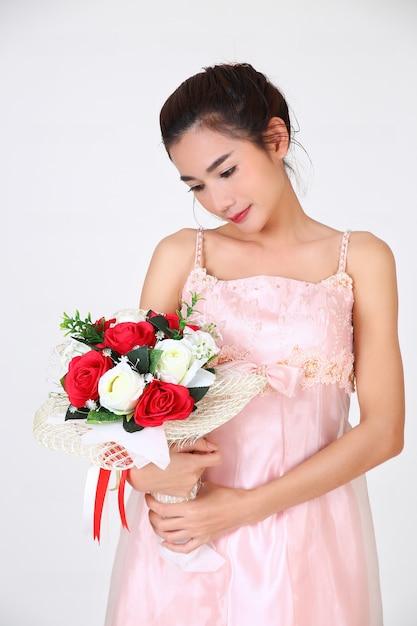 Jovem mulher bonita e lindo vestido Foto gratuita