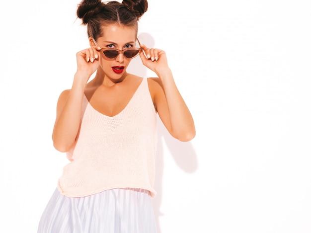 Jovem mulher bonita. menina na moda em roupas de verão casual, mostrando. fêmea positiva mostra emoções faciais. modelo engraçado isolado no branco Foto gratuita