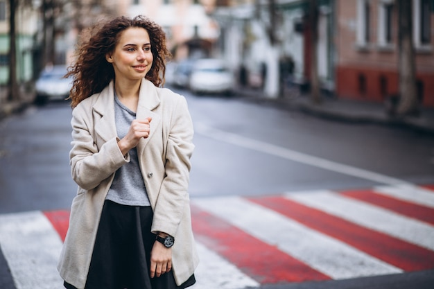 Jovem mulher bonita na faixa de pedestres Foto gratuita