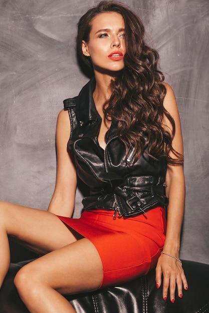 Jovem mulher bonita na saia na moda verão vermelho e jaqueta. Foto gratuita