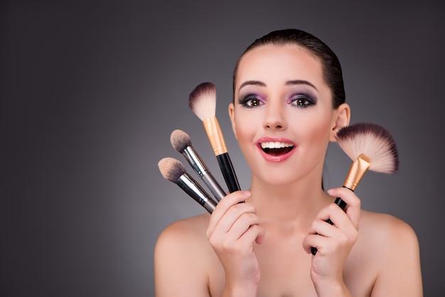Jovem mulher bonita no conceito de maquiagem Foto Premium