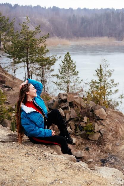 Jovem mulher bonita posando em um lago Foto gratuita