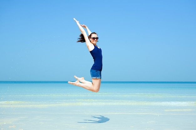 Jovem mulher bonita posando na praia Foto gratuita