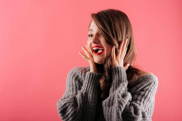 Jovem mulher bonita sorrindo Foto Premium