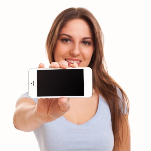 Jovem mulher caucasiana com smartphone Foto gratuita