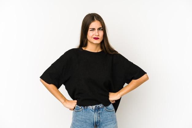 Jovem mulher caucasiana confusa, sente-se em dúvida e insegura. Foto Premium