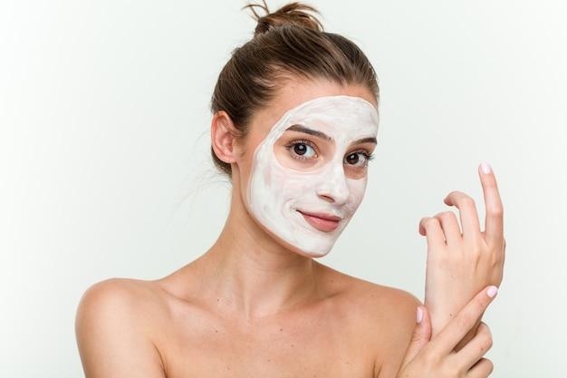Jovem mulher caucasiana, desfrutando de um tratamento de pele Foto Premium