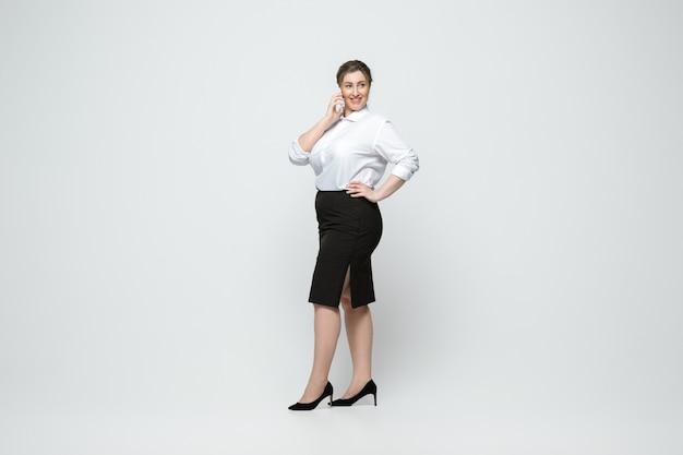 Jovem mulher caucasiana em roupa casual. personagem feminina de corpo positivo, além de empresária de tamanho Foto gratuita