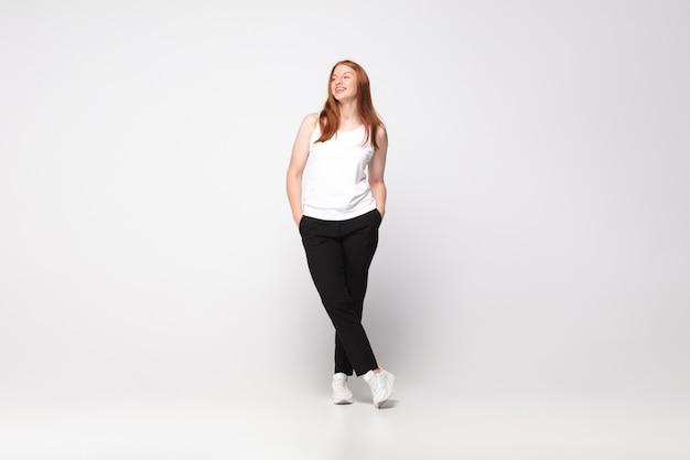 Jovem mulher caucasiana em roupa casual. personagem feminina positiva, além de empresária de tamanho Foto gratuita