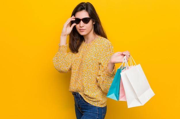 Jovem mulher caucasiana, ir às compras Foto Premium