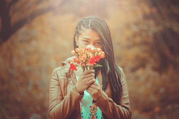 Jovem mulher com buquê de flores Foto Premium