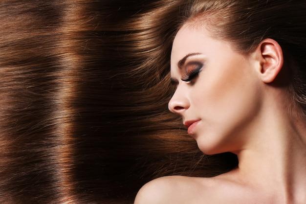Jovem mulher com cabelo bonito Foto gratuita