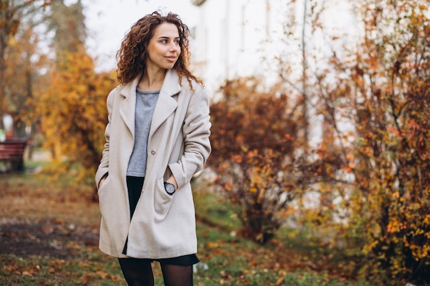 Jovem mulher com cabelos cacheados no parque Foto gratuita