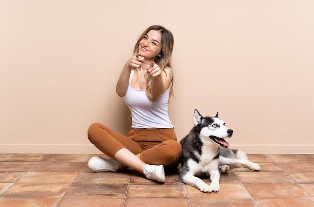 Jovem mulher com cachorro Foto Premium