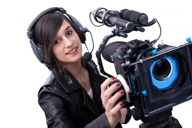 Jovem mulher com câmera de vídeo profissional, dslr, em branco Foto Premium