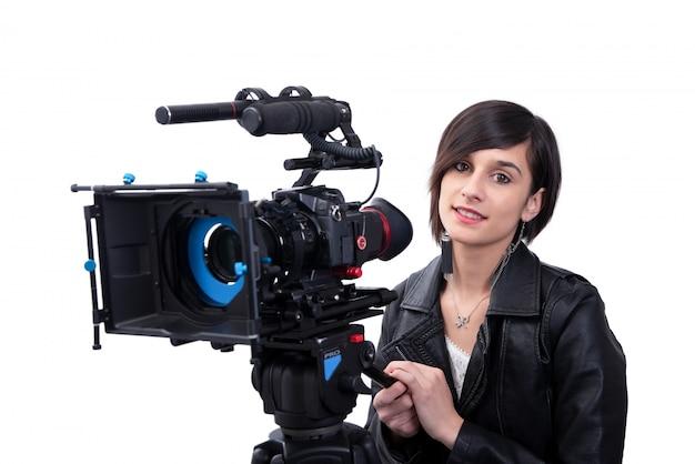Jovem mulher com câmera de vídeo profissional, slr, em branco Foto Premium