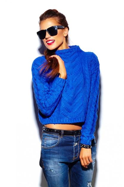 Jovem mulher com lábios vermelhos e blusa azul em óculos de sol Foto gratuita