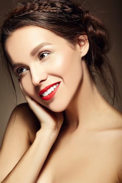 Jovem mulher com lábios vermelhos e penteado ondulado Foto gratuita