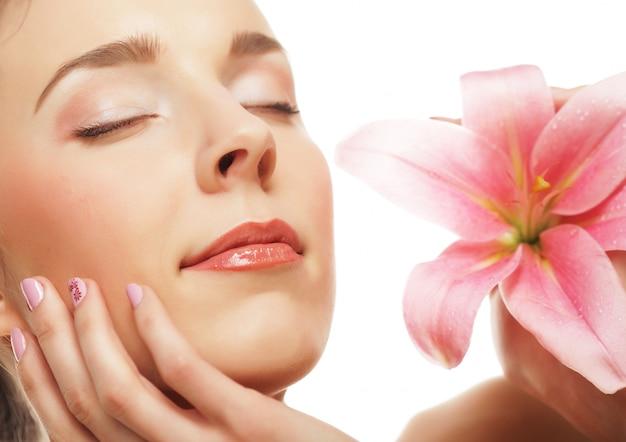 Jovem mulher com orquídea rosa Foto Premium