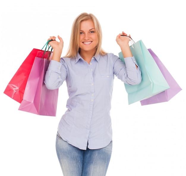 Jovem mulher com sacolas de compras Foto gratuita