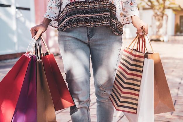 Jovem mulher com sacos de compras em shopping na sexta-feira negra Foto Premium