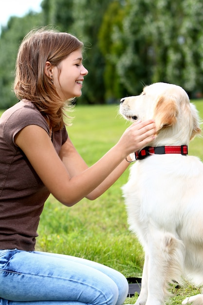 Jovem mulher com seu cachorro Foto gratuita