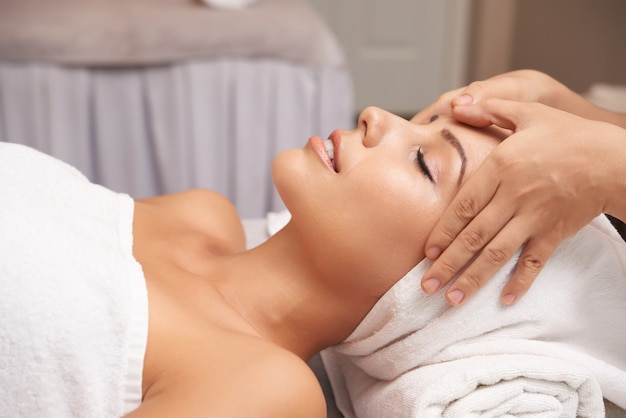 Jovem mulher com tratamento anti-idade no salão spa Foto gratuita