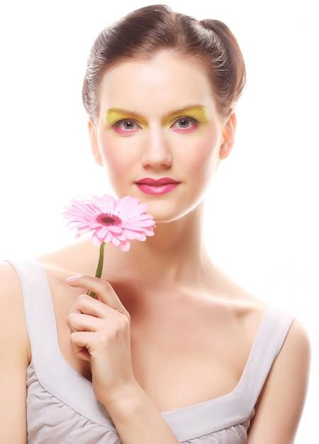 Jovem mulher com uma flor Foto Premium