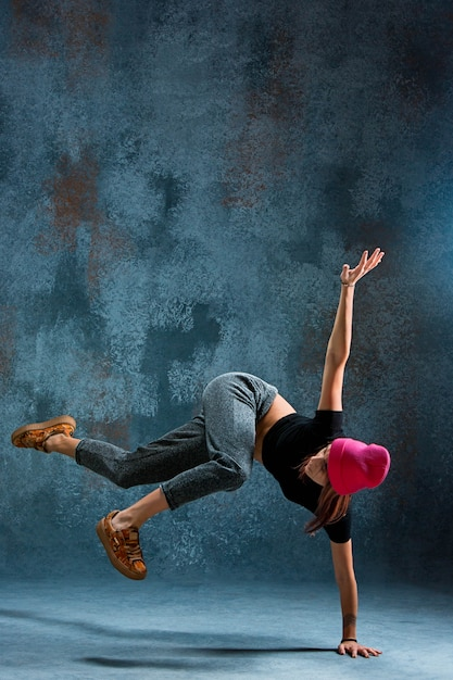 Jovem mulher dançando. Foto gratuita