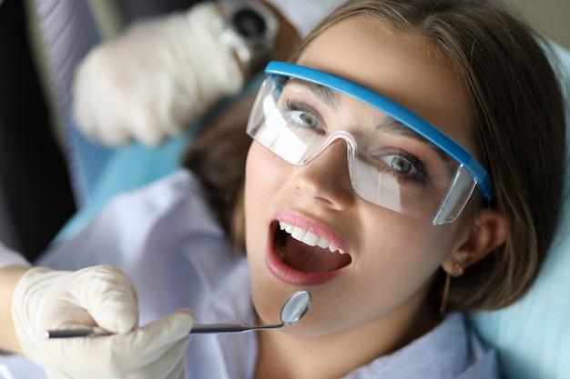 Jovem mulher de beleza sorridente no retrato do escritório dentinst Foto Premium