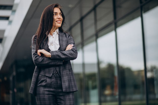 Jovem mulher de negócios em um terno elegante no centro do escritório Foto gratuita