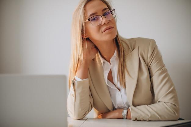 Jovem mulher de negócios trabalhando no computador no escritório Foto gratuita