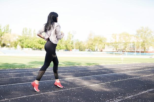 Jovem mulher desportiva correndo de manhã. garota fitness. Foto Premium
