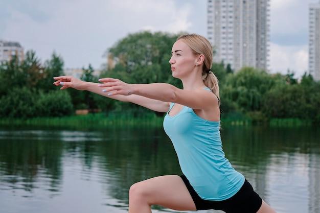 Jovem mulher desportiva fazendo esportes ao ar livre, exercícios de fitness. Foto Premium