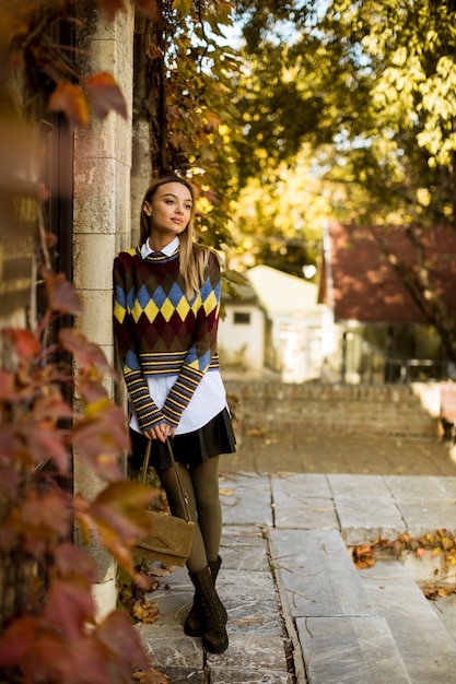 Jovem mulher do lado de fora no dia ensolarado de outono Foto Premium