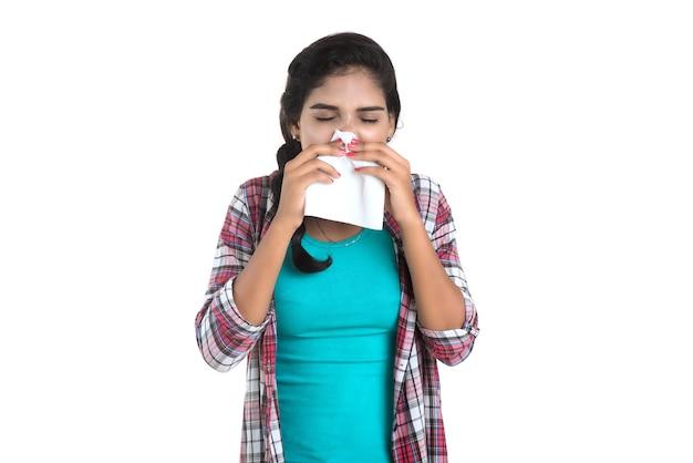 Jovem mulher doente assoando o nariz. rinite alérgica. está com febre. jovem com frio Foto Premium