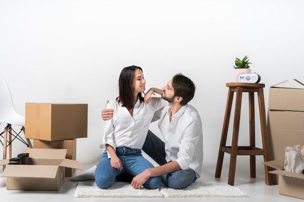 Jovem mulher e homem juntos dentro de casa Foto gratuita