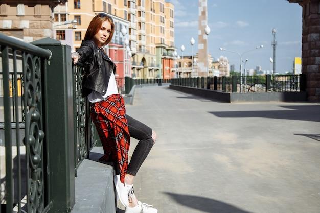 Jovem mulher elegante andando em uma rua da cidade Foto Premium