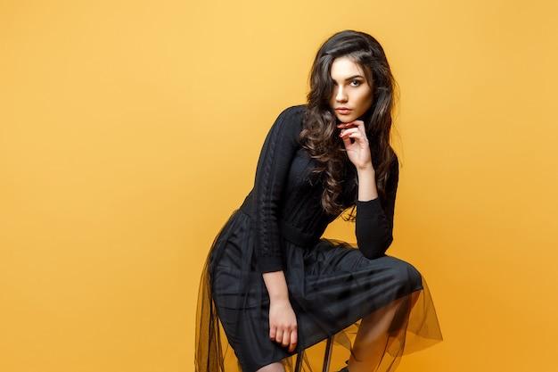 Jovem mulher elegante na cadeira Foto Premium